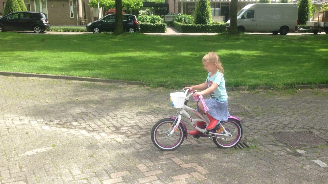 Ineens fietste ze zo weg… haar mama trots en verbijsterd :)