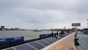 Waterbus taxi vertrekt vanaf Merwedekade in Dordrecht