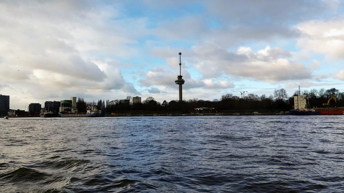 Erasmustoren landscapefoto vanaf het water in de haven van Rotterdam.