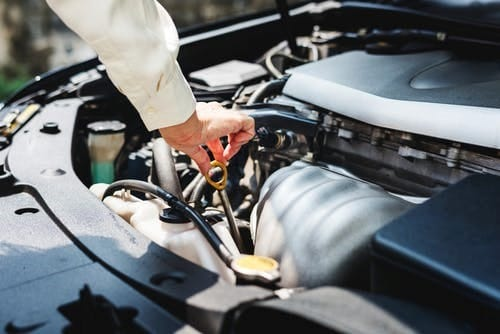 Meest voorkomende oorzaken van autopech; afbeeldingomschrijving: open motorkap auto; #autopech #autoonderdelen #oorzakenvanautopech