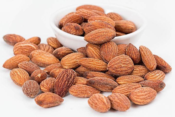 7 redenen om dagelijks noten te eten! Amandelen en andere noten zijn erg goed voor je gezondheid. Afbeelding toont amandelen.