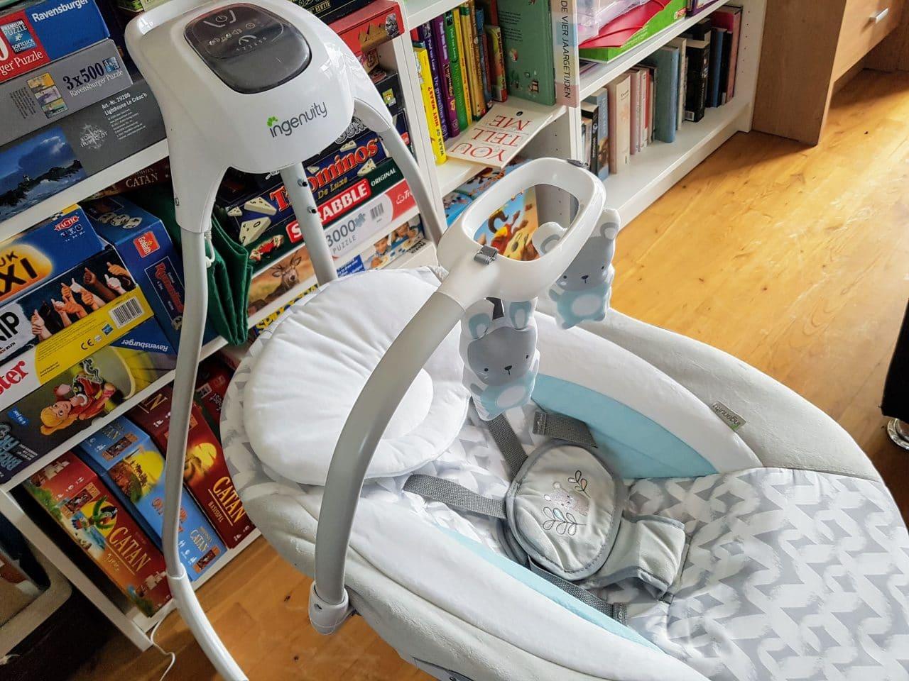 Afbeelding bij video waarin wordt getoond dat de babyschommel automatisch gaat schommelen. #Humor #video