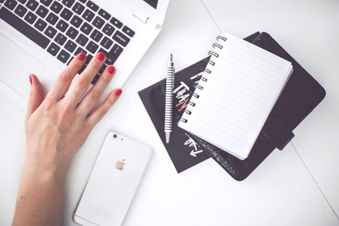 Maandelijks geld verdienen met bloggen. Iedereen kan het, jij ook! Een ervaringsblog vol met tips om dit zelf te bereiken.Afbeelding toont tafel van bovenaf met bureauspullen.#verdienenmetbloggen #bloggen #businesstips #blogtips #maandelijksgeldverdienen #geldverdienen