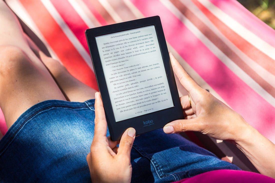 Het nut van de e-reader. Een persoonlijke informatieve blog over de voordelen van een e-reader. Afbeelding toont e-reader vastgehouden door handen.#ereader #e-reader #nutvanereader #voordelenereader #persoonlijkeblog #informatieveblog #blog